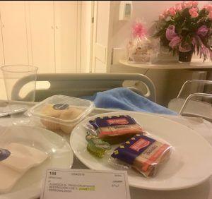 Desayuno de dieta hospitalaria a base de tostaditas industriales y pera en almíbar