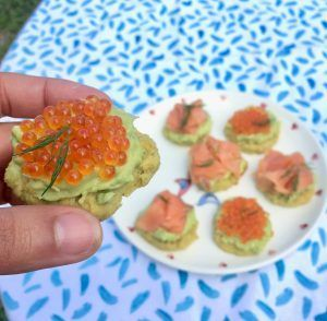 keto paleo blinis sin gluten con aguacate y huevas de trucha