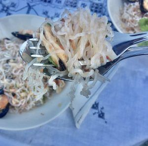 espaguetis de konjac con almejas paleo keto low carb sin gluten