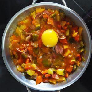 pisto con jamon y huevos