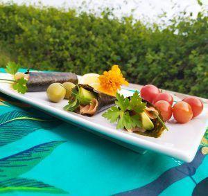 cucurucho de alga nori con aguacate y salmón paleo keto low carb