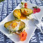 aguacate relleno de huevo paleo keto desayuno